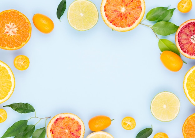 Draufsicht auswahl von bio-früchten auf dem tisch