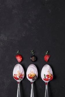 Draufsicht auswahl von löffeln mit joghurt und früchten