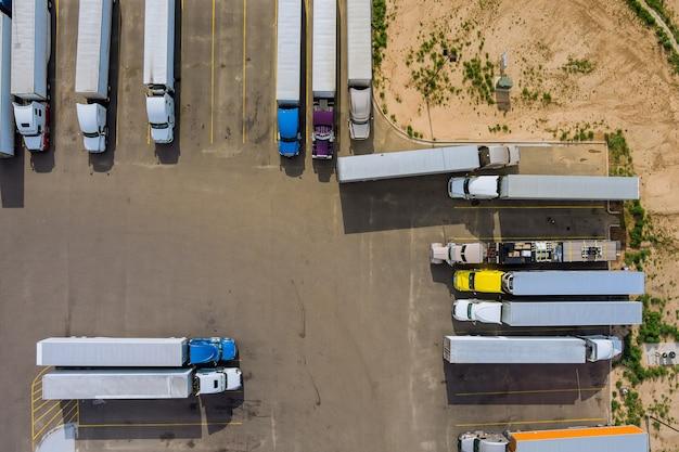 Draufsicht autoparkplatz lkw-haltestelle auf rastplatz in der autobahn lkws stehen in einer reihe