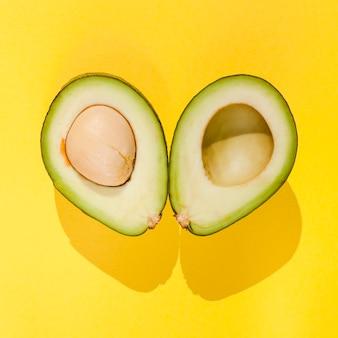 Draufsicht avocado auf gelbem hintergrund