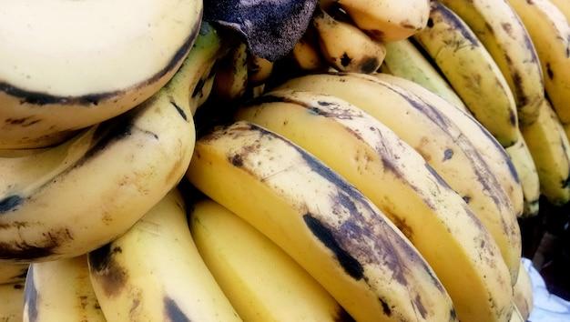 Draufsicht banane am frischmarkt in indien