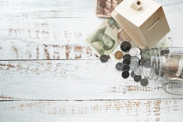 Draufsicht bargeld mit sparbüchse und glas