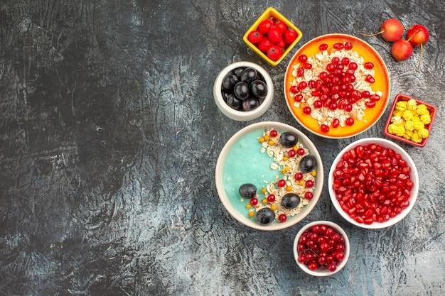 Draufsicht beeren die appetitlichen samen von granatäpfeln haferflocken rote johannisbeeren trauben bonbons