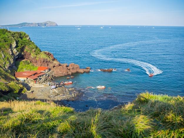 Draufsicht bei jeju-seongsan llchulbong und tourismusaktivitäten für jet-boot für die besichtigung auf meer.
