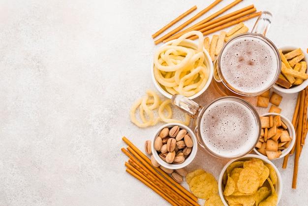Draufsicht bier und snacks rahmen
