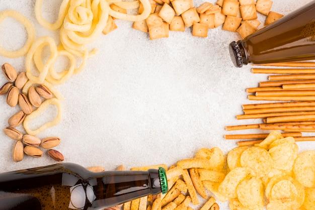 Draufsicht bierflaschen und snacks