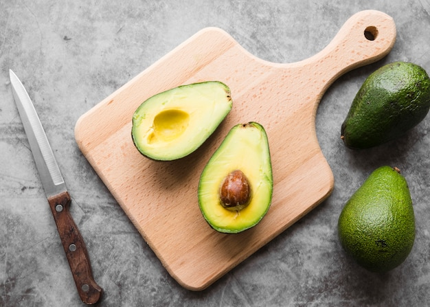 Draufsicht bio avocado auf dem tisch
