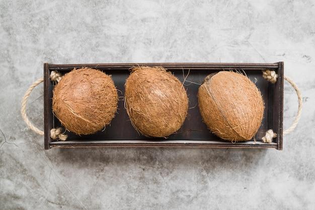 Draufsicht bio-kokosnüsse auf dem tisch