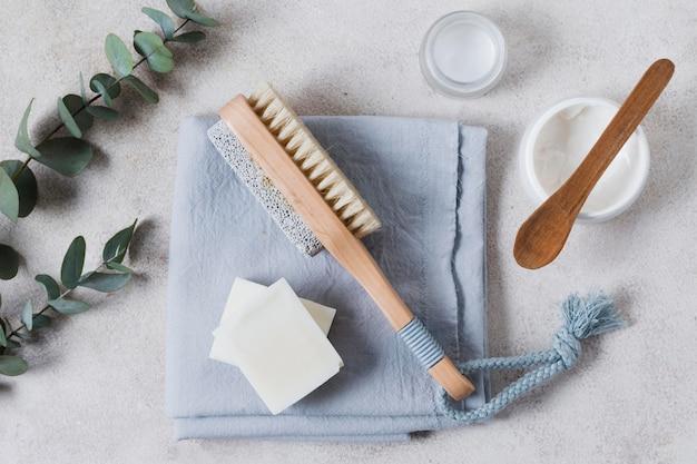 Draufsicht blätter und natürliche haarbürste