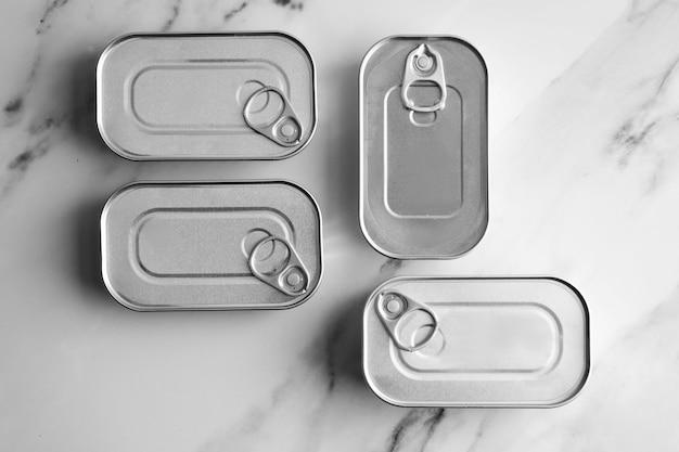 Draufsicht blechdosen auf küchentheke
