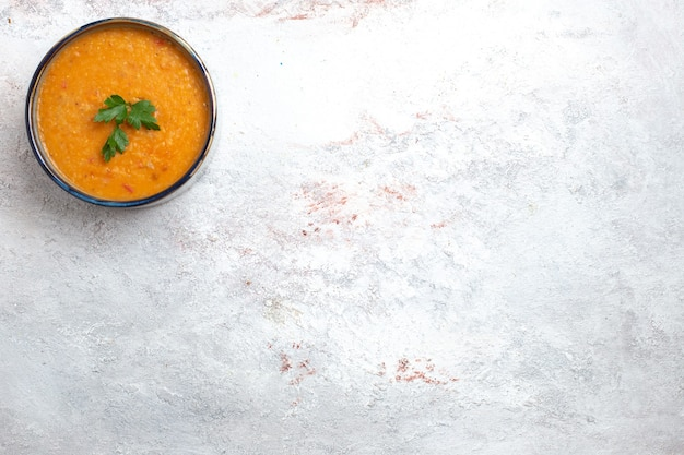 Draufsicht bohnensuppe genannt merci innerhalb des kleinen tellers auf weißem hintergrundsuppenmahlzeitnahrungsmittelgemüsebohne