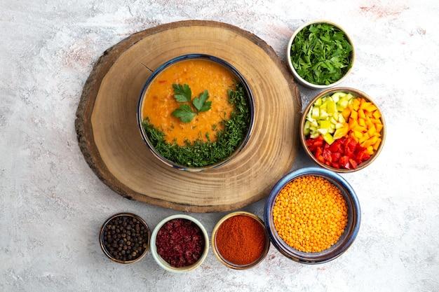 Draufsicht bohnensuppe mit grün und gewürzen auf weißem oberflächensuppenmahlzeitnahrungsmittelgemüse