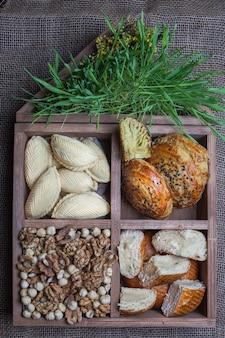 Draufsicht box von süß mit shekerbura und keta und qoqal in holzkiste gebacken