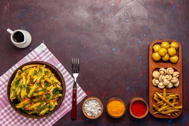 Draufsicht bratkartoffeln leckere pommes frites mit grün und öl auf dem dunklen schreibtisch