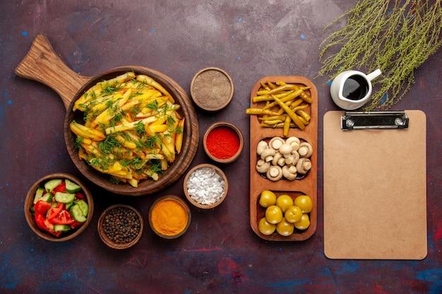Draufsicht bratkartoffeln leckere pommes frites mit grün und verschiedenen gewürzen auf dunkler oberfläche