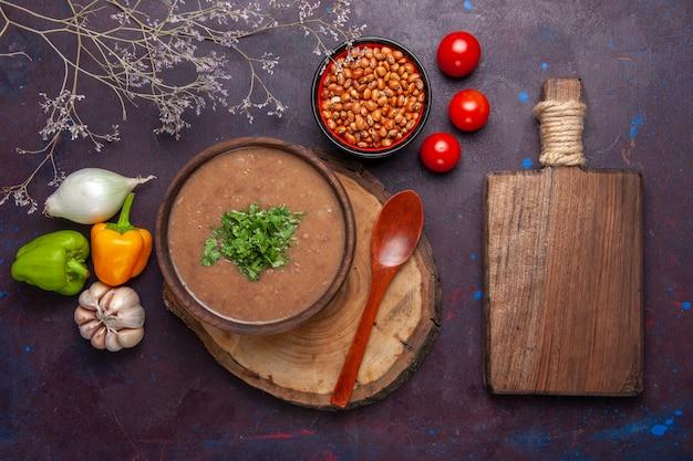 Draufsicht braune bohnensuppe köstliche gekochte suppe mit gemüse auf dunklem schreibtisch gemüsesuppe mahlzeit speiseöl