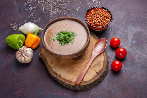 Draufsicht braune bohnensuppe köstliche gekochte suppe mit gemüse auf dunkler oberfläche gemüsesuppe mahlzeit speiseöl