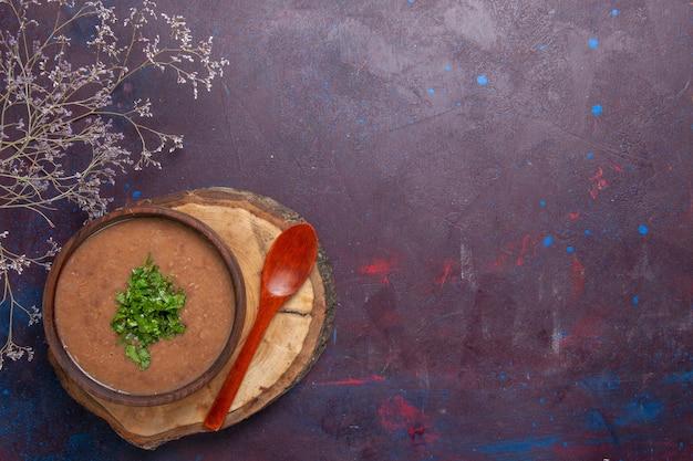 Draufsicht braune bohnensuppe köstliche gekochte suppe mit grün auf dunklem hintergrund gemüsedinner suppe mahlzeit essen
