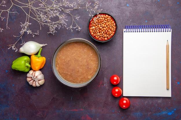 Draufsicht braune bohnensuppe mit gemüse auf dunklem schreibtisch gemüsesuppe mahlzeit speiseöl