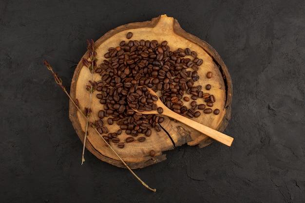 Draufsicht braune kaffeesamen auf dem dunklen boden