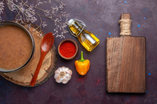 Draufsicht braune suppe mit olivenöl und knoblauch auf dunklem boden suppe gemüsemehl lebensmittel küchenbohne