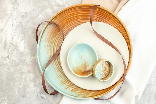 Draufsicht brauner teller mit weißem teller auf heller oberfläche glasküche essen horizontale farbe damen mahlzeit foto