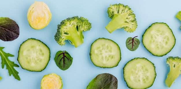 Draufsicht brokkoli mit gurkenscheiben auf dem tisch