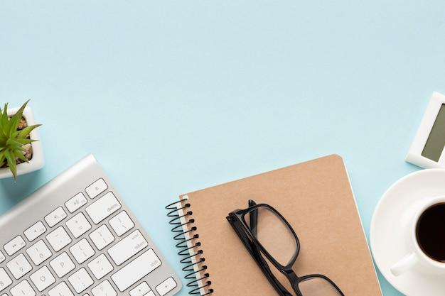 Draufsicht büroschreibtischzusammensetzung mit kopierraum