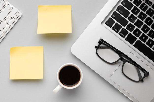 Draufsicht büroschreibtischzusammensetzung mit leerem post sein