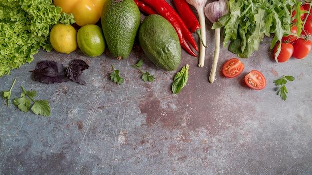 Draufsicht bund oder bio-gemüse auf dem tisch