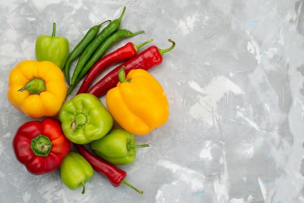 Draufsicht bunte paprika mit paprika auf grauem tisch