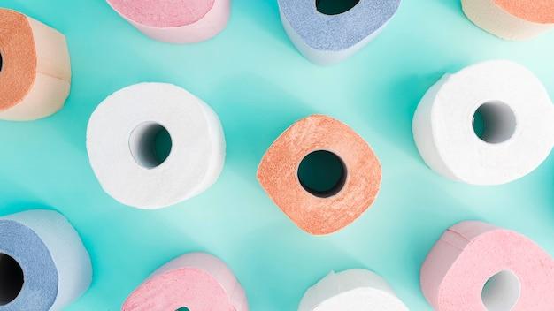 Draufsicht bunte toilettenpapierrollen