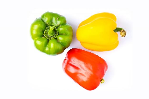 Draufsicht buntes gemüse, gelb, grün und rot, paprika lokalisiert auf weißem hintergrund