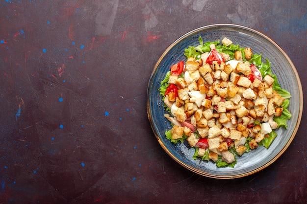 Draufsicht caesar salat mit geschnittenem gemüse und zwieback auf der dunklen wand gemüse salat essen mittagessen mahlzeit zwieback