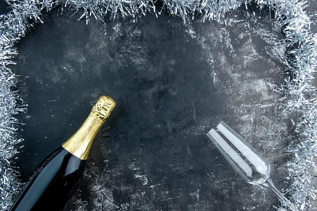 Draufsicht champagner champagner flöte auf dunklem tisch