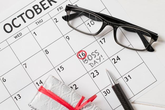 Draufsicht chef tagesanordnung auf kalender