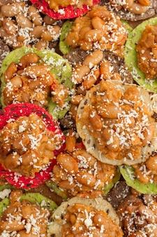 Draufsicht chili bohnen auf crackern