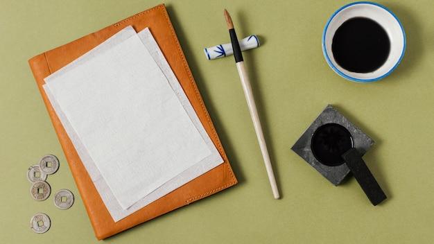 Draufsicht chinesische tinte mit leerem papier