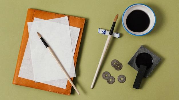 Draufsicht chinesische tinte mit leerem papiersortiment