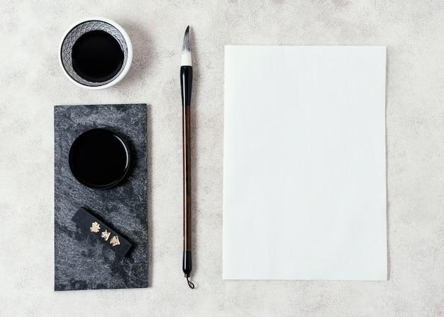Draufsicht chinesische tinte mit leerer kartenanordnung