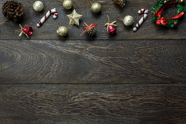 Draufsicht chrismas dekorationen und weihnachten ornamente auf holzuntergrund mit kopie raum.