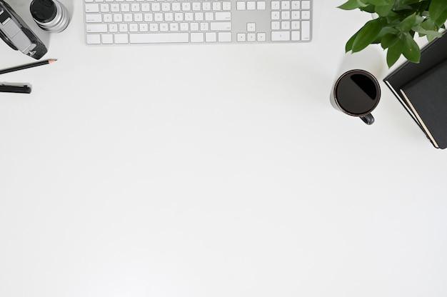 Draufsicht-computertastatur des arbeitsplatzes, kaffee, notizbuch mit betriebsdekoration.