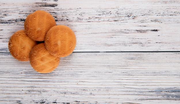 Draufsicht cookies auf der linken seite mit kopienraum auf weißem hölzernem hintergrund