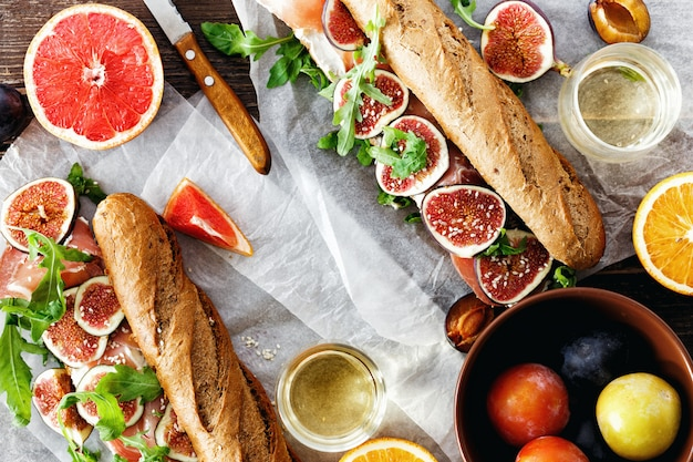 Draufsicht copyspace des sandwichprosciuttomascarpone-käsefeigenweins