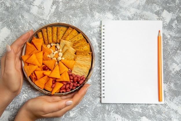 Draufsicht cracker zusammensetzung verschiedene gesalzene cracker snacks mit nüssen auf weißem hintergrund knusprige cracker snack food