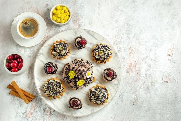 Draufsicht cremige leckere kuchen mit tasse kaffee auf weißer oberfläche teekuchen keks süße geburtstagscreme