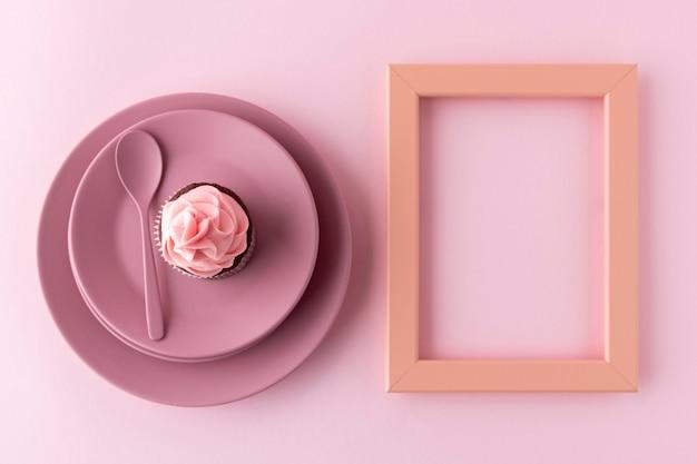 Draufsicht cupcake auf teller und rahmen
