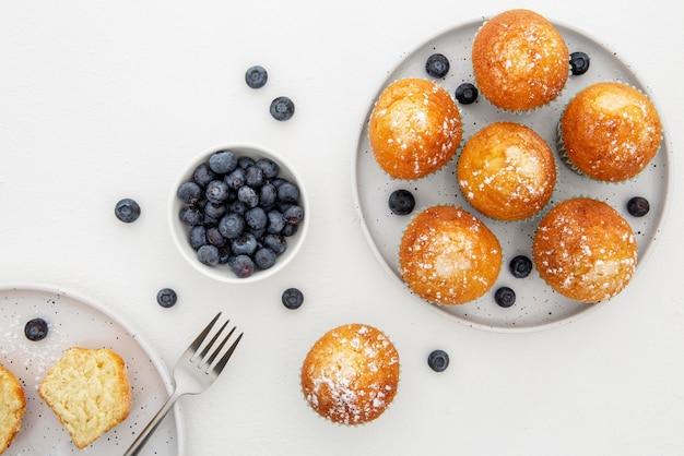 Draufsicht cupcakes und blaubeeren in tellern