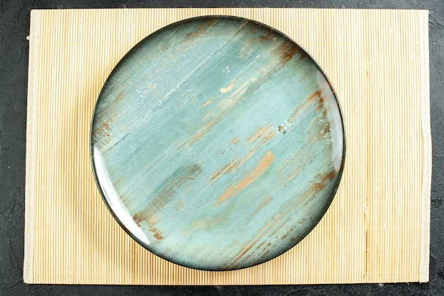 Draufsicht cyan runde platte beige brett auf schwarzem tisch
