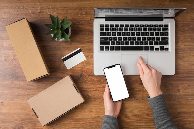 Draufsicht cyber montag paket neben laptop